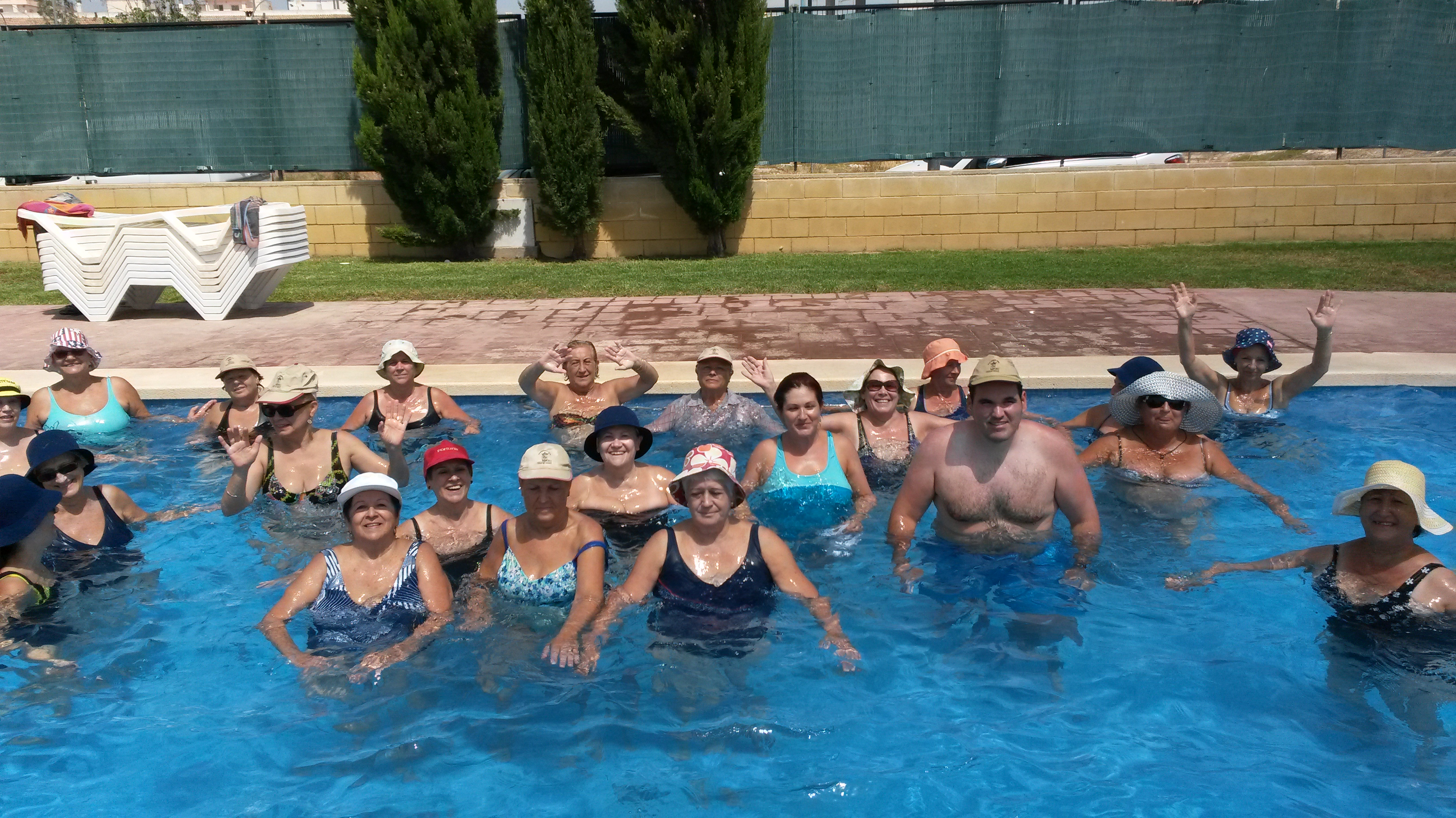 La energ a imparable de las personas mayores que son for Escaleras piscina para personas mayores